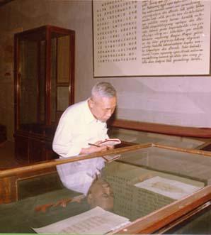 佟柱臣1984年在新疆博物馆考察