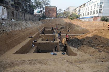 黄河边发现古墓群