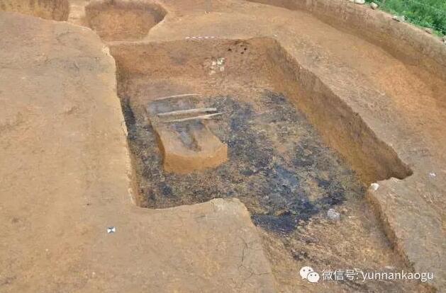 发掘出土遗物主要为数量较多的陶瓷片、少量铜箭镞和铜器上的残件、砺石和一块疑似炼渣。出土的陶瓷片均能和以往发掘墓葬出土的同类器物对应,时代相仿。陶片有两大类,一类是夹砂陶,陶色有褐色、红色等;另一类是硬陶,火候极高,陶色有灰、红等,某些表面施青釉。瓷片为灰胎,火候要远远高于、吸水率要远远低于硬陶,表面施釉。此类遗物同南方地区东汉至魏晋时期的同类遗物一致。陶瓷片均为残片,没有发现完整器,从残片分析,硬陶和瓷器以罐类居多,夹砂陶器以罐和釜居多。制作方式方面瓷器为轮制,硬陶和夹砂陶为手制后慢轮修正。陶瓷片表面
