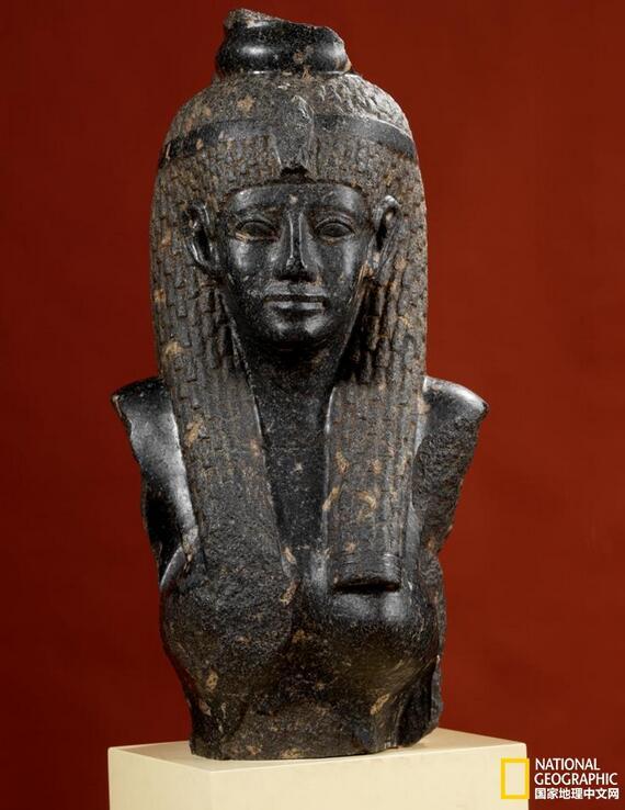 这次在金沙遗址博物馆展出的155件(组)埃及文物全部来自加拿大皇家安大略博物馆,涵盖了日常用具、首饰、木乃伊、法老雕像、亡灵书、青铜神像等多个种类,几乎是该馆埃及藏品中最受欢迎的藏品,更有些展品在来到金沙之前从未对外展出过。   展厅设计以人、法老、众神为主线延伸,分设《多彩的生活》《法老的永生》《众神的守护》三个单元进行展出。以人为主线的展品包括古埃及人日常食用的食品、装饰用的眼影、生活器具、彩釉装饰品等;按照法老为主线的展品包括与法老相关的兵器、木乃伊、亡灵书等;按照神为主线的展品主要包括众神的雕