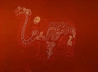 """""""象尊可以说是在动物身上叠加动物,从头部前腿到前腰就有14个动物."""
